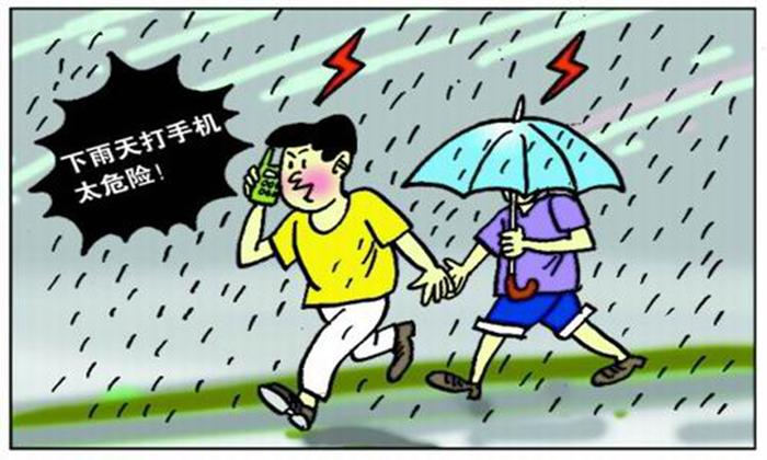 随着天气的不断变化,丽江目前已经进入雷雨多发季节,为防止暴风雨季节突发性自然灾害事件的发生,在日常生活中遇到雷雨天气,大家雷雨天气要注意什么,下面小编跟你聊一聊。 雷雨天气介绍 雷雨是空气在极端不稳定状况下,所产生的剧烈天气现象,它常挟带强风、暴雨、闪电、雷击,甚至伴随有冰雹或龙卷风出现,因此往往可造成灾害。大家尽量避免户外活动。  雷雨天气室外注意事项 尽量不要出门,若必须外出,最好穿胶鞋,披雨衣,可起到对雷电的绝缘作用。正骑电动车、自行车等赶路,最好先下车等待雷电过去,切忌狂奔赶路。汽车内是避免雷击