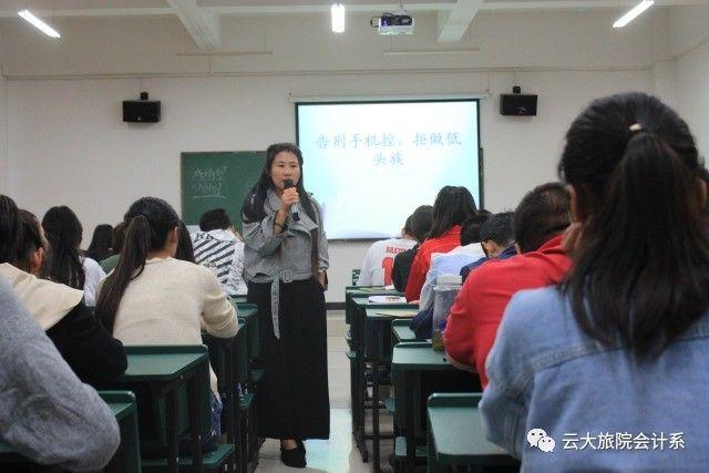 何老师运用了两个故事来引导我们大学生树立怎样的人生价值观,告诉图片